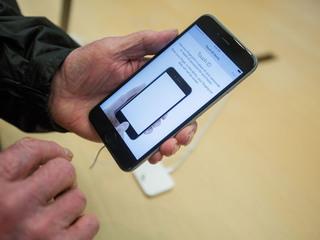 Apple working to fix iPhone 6s glitch