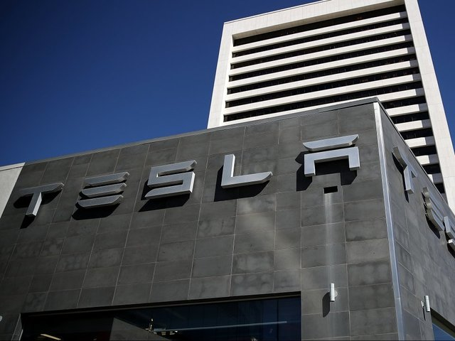 Tesla to unveil electric lorry in October