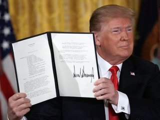 Trump signs order to end family separation